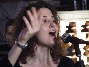 Una delle cantanti del gruppo